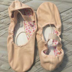 """Capezio """"Daisy"""" ballet shoes; light pink, 7.5"""